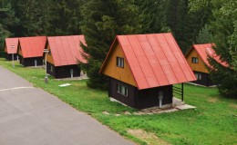 Pohled na zděné chaty