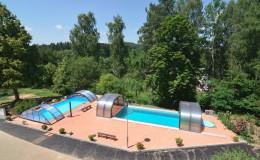 Dva vyhřívané bazény - jeden s protiproudem