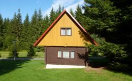 Zděná chata s umyvadlem a WC